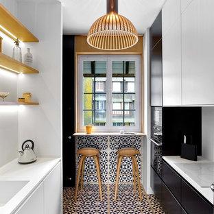 Cette image montre une petit cuisine parallèle design fermée avec un évier 1 bac, un placard à porte plane, des portes de placard blanches, une crédence blanche, une crédence en carreau de céramique, un électroménager blanc, un sol en carrelage de céramique et aucun îlot.