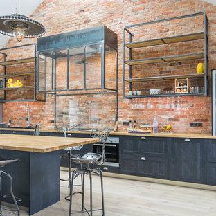 Cette image montre une cuisine linéaire urbaine avec un placard à porte shaker, des portes de placard grises, un plan de travail en bois, un îlot central, un sol beige et un plan de travail beige.
