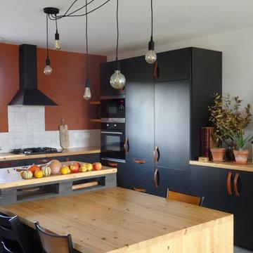 Cuisine noire, argile et bois