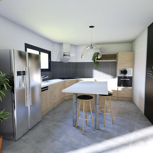 Photo of a mid-sized modern l-shaped eat-in kitchen in Bordeaux with a single-bowl sink, flat-panel cabinets, light wood cabinets, laminate benchtops, grey splashback, slate splashback, stainless steel appliances, cement tiles, with island and grey floor.