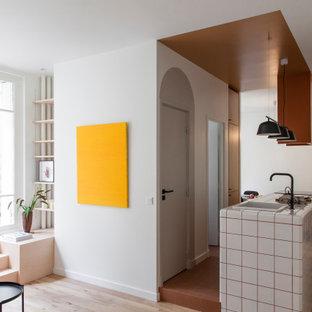 Inspiration för mellanstora skandinaviska linjära vitt kök med öppen planlösning, med en integrerad diskho, luckor med profilerade fronter, skåp i ljust trä, kaklad bänkskiva, integrerade vitvaror, klinkergolv i terrakotta, en köksö och brunt golv