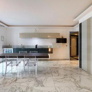 Idées déco pour une grand cuisine américaine linéaire contemporaine avec un placard à porte plane, des portes de placard beiges, un sol en marbre et aucun îlot.