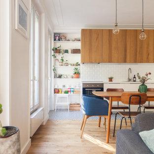 Réalisation d'une cuisine ouverte linéaire design de taille moyenne avec un évier encastré, un placard à porte plane, des portes de placard blanches, une crédence blanche, un électroménager encastrable, un sol en carrelage de porcelaine, aucun îlot, un sol bleu et un plan de travail turquoise.
