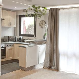 Mittelgroße Shabby-Look Wohnküche ohne Insel in U-Form mit Unterbauwaschbecken, Küchenrückwand in Grau, Rückwand aus Schiefer, Küchengeräten aus Edelstahl und Schieferboden in Paris
