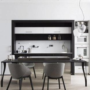 Idées déco pour une cuisine ouverte linéaire classique de taille moyenne avec des portes de placard blanches, une crédence blanche, un électroménager blanc et un sol beige.