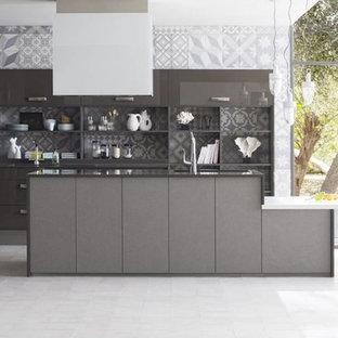 Inspiration pour une très grande cuisine ouverte design avec des portes de placard grises, un électroménager en acier inoxydable, un îlot central et un sol gris.