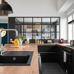 Idée de décoration pour une grand cuisine américaine design en L avec un plan de travail en stratifié, un sol en carrelage de porcelaine, un îlot central, un sol gris et un plafond décaissé.