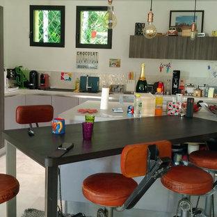 Bild på ett stort 60 tals kök, med en enkel diskho, lila skåp, laminatbänkskiva, beige stänkskydd, stänkskydd i keramik, integrerade vitvaror, klinkergolv i keramik, flera köksöar och beiget golv