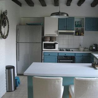 Cette photo montre une cuisine ouverte nature en U avec un placard à porte persienne, des portes de placard bleues, un plan de travail en stratifié, une crédence blanche et une crédence en carreau de porcelaine.