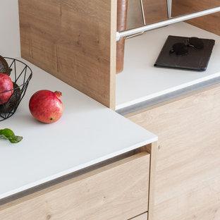 ナントの中サイズの北欧スタイルのおしゃれなキッチン (インセット扉のキャビネット、シングルシンク、中間色木目調キャビネット、ラミネートカウンター、白いキッチンパネル、黒い調理設備、アイランドなし、ベージュの床、白いキッチンカウンター) の写真