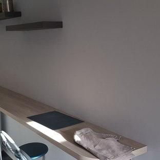 Geschlossene, Zweizeilige, Kleine Moderne Küche ohne Insel mit Waschbecken, Küchenrückwand in Metallic, Rückwand aus Spiegelfliesen, Küchengeräten aus Edelstahl, Linoleum und grauem Boden in Bordeaux