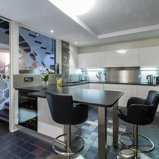 Cette image montre une grande cuisine ouverte design en U avec un placard à porte plane, des portes de placard blanches, une crédence métallisée et une péninsule.