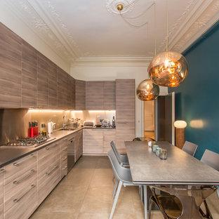 パリの中サイズのコンテンポラリースタイルのおしゃれなキッチン (淡色木目調キャビネット、シルバーの調理設備の、ベージュの床、フラットパネル扉のキャビネット、アイランドなし、メタリックのキッチンパネル、オニキスカウンター、メタルタイルのキッチンパネル、アンダーカウンターシンク、大理石の床) の写真
