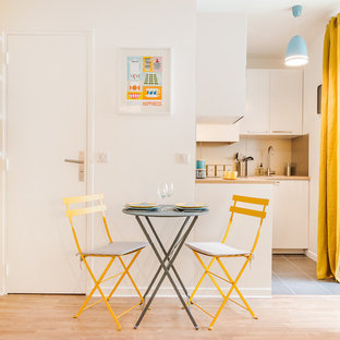 Aménagement d'une petite cuisine ouverte scandinave en L avec un évier encastré, un placard à porte plane, des portes de placard blanches et aucun îlot.