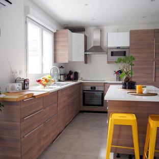 Exemple d'une cuisine tendance en L avec un évier posé, un placard à porte plane, des portes de placard en bois sombre, un électroménager en acier inoxydable et un îlot central.