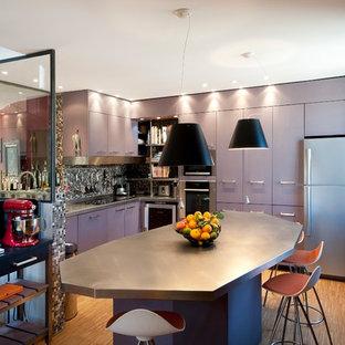 Idées déco pour une grande cuisine américaine contemporaine en L avec un placard à porte plane, une crédence multicolore, une crédence en mosaïque et un îlot central.