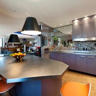 Idées déco pour une grande cuisine ouverte contemporaine en L avec des portes de placard grises, un plan de travail en inox, un sol en bois brun et aucun îlot.