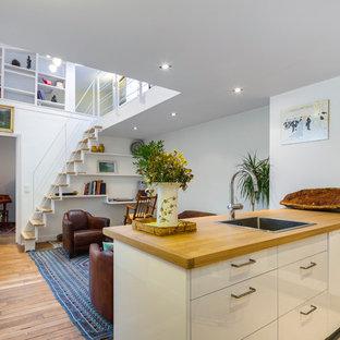 Ispirazione per una cucina contemporanea di medie dimensioni con top in legno, pavimento in legno massello medio e penisola