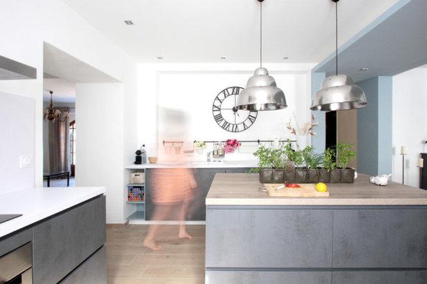 Contemporary Kitchen by MAZTRI