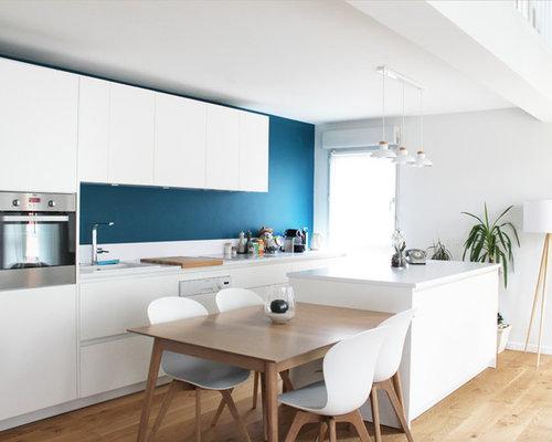 fabulous cette image montre une cuisine amricaine parallle nordique avec un vier pos un placard. Black Bedroom Furniture Sets. Home Design Ideas