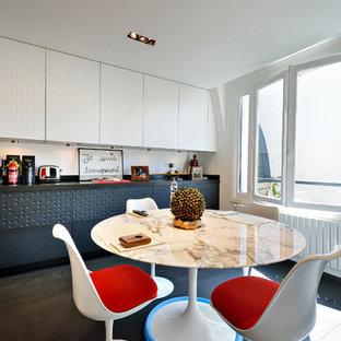 Exemple d'une cuisine américaine linéaire tendance de taille moyenne avec des portes de placard grises et aucun îlot.