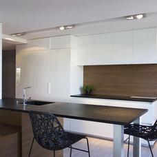 Modern Kitchen by Agence LVH