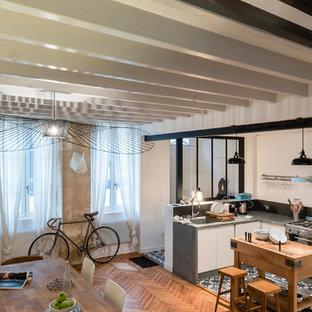 ボルドーの中サイズのエクレクティックスタイルのおしゃれなキッチン (一体型シンク、淡色木目調キャビネット、亜鉛製カウンター、黒いキッチンパネル、シルバーの調理設備の、セラミックタイルの床) の写真