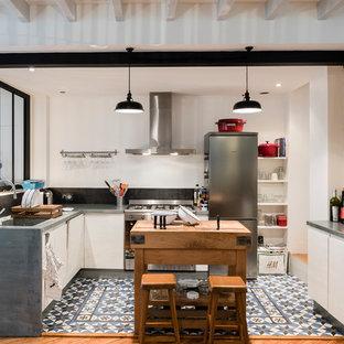 Mittelgroße Industrial Wohnküche in U-Form mit Zink-Arbeitsplatte, Küchenrückwand in Schwarz, Küchengeräten aus Edelstahl, Keramikboden, Unterbauwaschbecken, weißen Schränken und Kücheninsel in Bordeaux