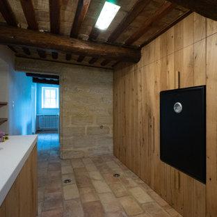 Idéer för avskilda, små vintage vitt l-kök, med en undermonterad diskho, luckor med profilerade fronter, skåp i ljust trä, bänkskiva i kvarts, stänkskydd med metallisk yta, stänkskydd i metallkakel, svarta vitvaror, klinkergolv i terrakotta, en köksö och rosa golv