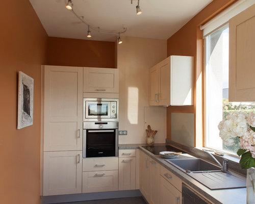 Cuisine classique avec des portes de placard en bois clair ...