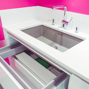Offene, Große Moderne Küche in L-Form mit integriertem Waschbecken, Kassettenfronten, weißen Schränken, Granit-Arbeitsplatte, Küchenrückwand in Weiß, Küchengeräten aus Edelstahl, Keramikboden, zwei Kücheninseln, grauem Boden und grauer Arbeitsplatte in Grenoble