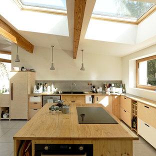 Aménagement d'une cuisine contemporaine en L avec un évier posé, un placard à porte plane, un plan de travail en bois, un électroménager encastrable, un îlot central, un sol gris et un plan de travail beige.