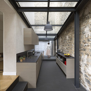 Cette image montre une cuisine parallèle minimaliste de taille moyenne avec un évier encastré, un placard à porte plane et aucun îlot.