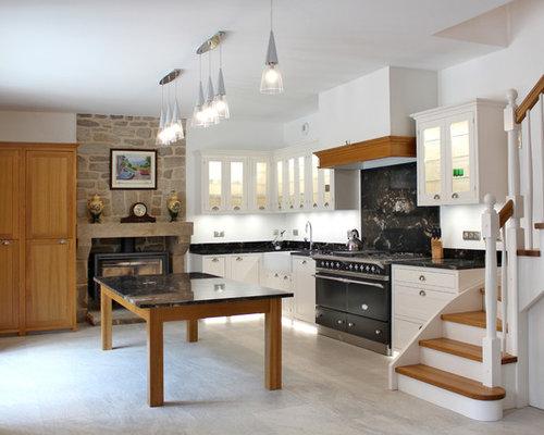 cette photo montre une cuisine nature en l avec un vier de ferme un placard