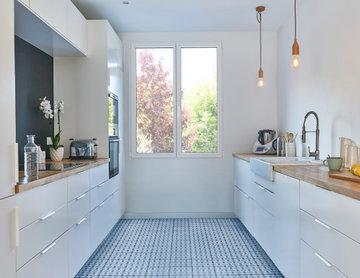 Fenêtre en pin blanc pour cuisine moderne épurée