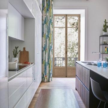Fenêtres en chêne naturel dans une cuisine de style haussmann