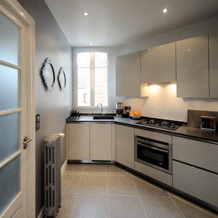 Exemple d'une cuisine tendance en L fermée et de taille moyenne avec des portes de placard blanches et aucun îlot.
