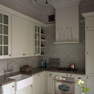 Новый формат декора квартиры: угловая кухня в стиле современная классика с раковиной в стиле кантри, фасадами с утопленной филенкой, белыми фасадами и серым фартуком