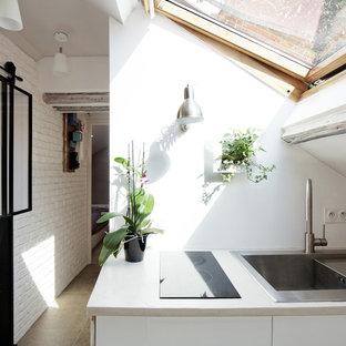 Idée de décoration pour une petite cuisine ouverte linéaire design avec des portes de placard blanches et aucun îlot.