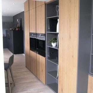 Idéer för stora funkis kök, med en integrerad diskho, luckor med profilerade fronter, skåp i ljust trä, bänkskiva i kvartsit, integrerade vitvaror, laminatgolv, en köksö och grått golv