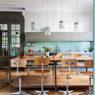 Inspiration pour une grande cuisine américaine linéaire traditionnelle avec un évier encastré, une crédence bleue, une crédence en mosaïque, un sol en bois clair, aucun îlot et des portes de placards vertess.