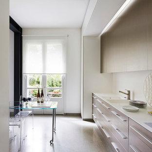 Idée de décoration pour une cuisine américaine linéaire design de taille moyenne avec un évier intégré, un placard à porte plane, des portes de placard beiges, une crédence blanche et aucun îlot.