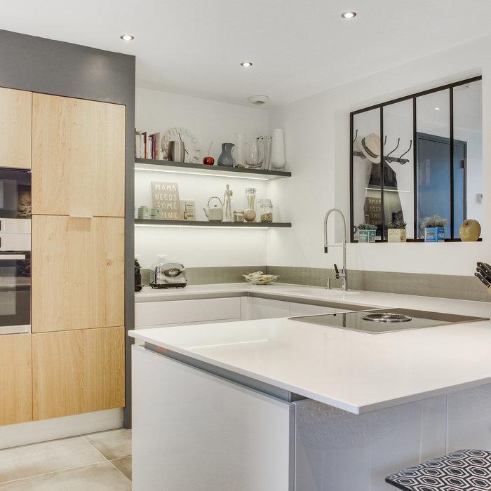 Inspiration scandinave pour une cuisine blanche et bois sans poignées