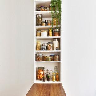 Ispirazione per una cucina scandinava di medie dimensioni con ante lisce, ante bianche, top in legno, paraspruzzi rosa e isola