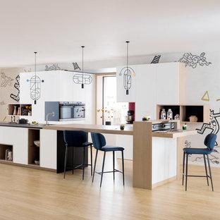 Réalisation d'une cuisine parallèle design avec un placard à porte plane, des portes de placard blanches, un plan de travail en bois, un sol en bois clair, un îlot central, un sol beige et un plan de travail beige.