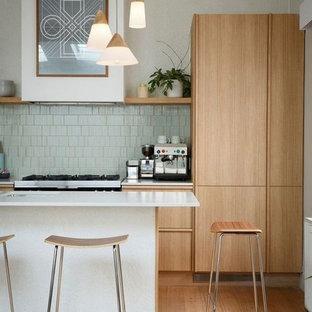 ボルドーの大きいトランジショナルスタイルのおしゃれなキッチン (アンダーカウンターシンク、インセット扉のキャビネット、中間色木目調キャビネット、大理石カウンター、白いキッチンパネル、セラミックタイルのキッチンパネル、白い調理設備、セラミックタイルの床、緑の床) の写真