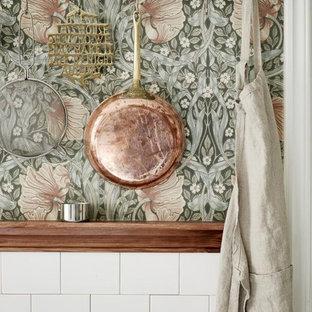 ボルドーの広いトランジショナルスタイルのおしゃれなキッチン (アンダーカウンターシンク、インセット扉のキャビネット、中間色木目調キャビネット、大理石カウンター、白いキッチンパネル、セラミックタイルのキッチンパネル、白い調理設備、セラミックタイルの床、緑の床) の写真