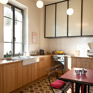 Imagen de cocina comedor en L, bohemia, grande, sin isla, con fregadero sobremueble, puertas de armario marrones, salpicadero blanco, salpicadero de azulejos tipo metro y suelo de baldosas de cerámica