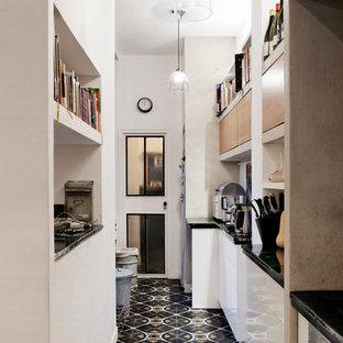 Idées déco pour une cuisine parallèle industrielle fermée et de taille moyenne avec des portes de placard blanches et aucun îlot.