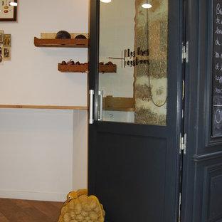 リヨンの小さいエクレクティックスタイルのおしゃれなキッチン (アンダーカウンターシンク、オープンシェルフ、ステンレスキャビネット、ステンレスカウンター、黒いキッチンパネル、スレートの床、シルバーの調理設備の、セラミックタイルの床、アイランドなし、ベージュの床、ベージュのキッチンカウンター) の写真